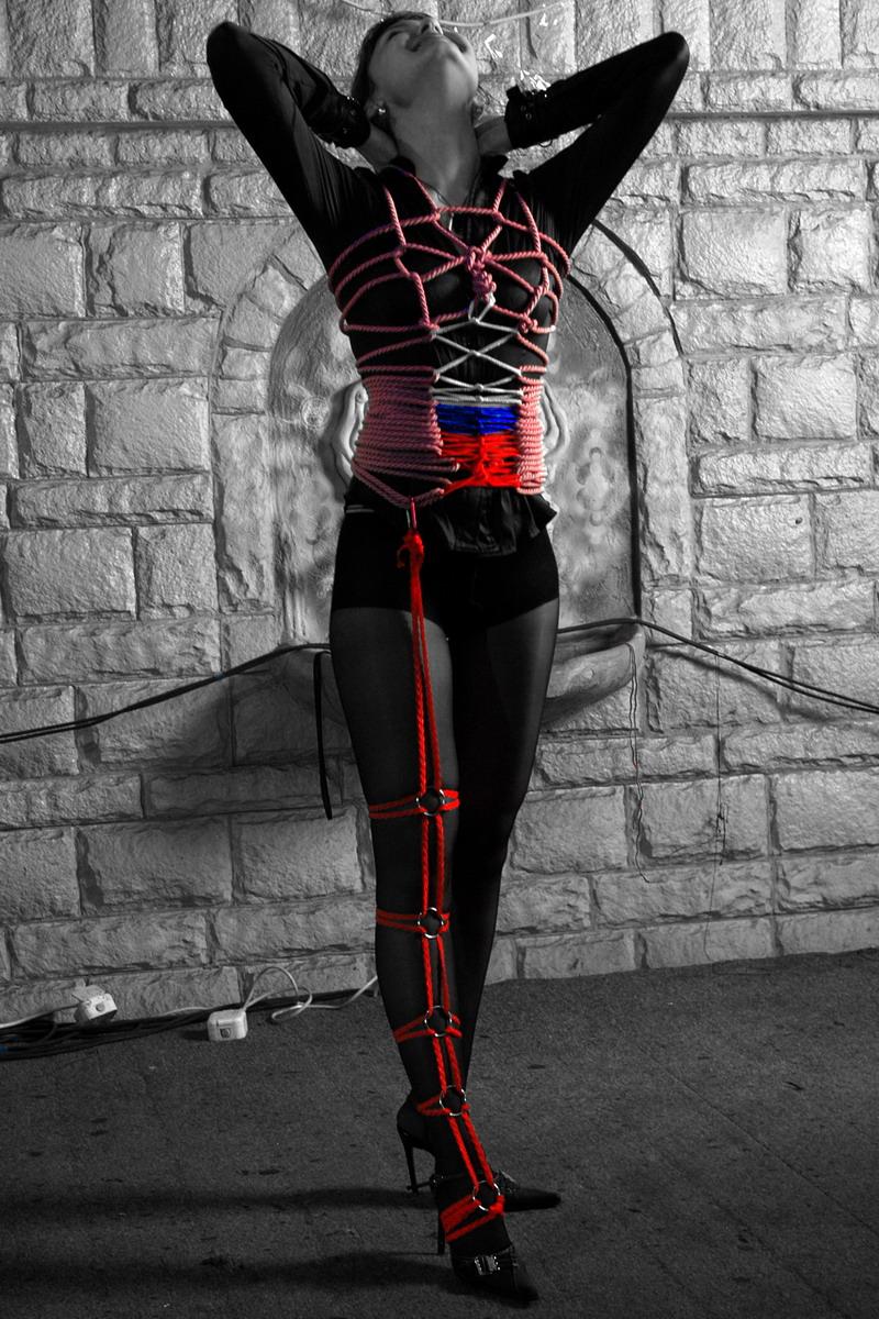 Связанная женщина веревкой